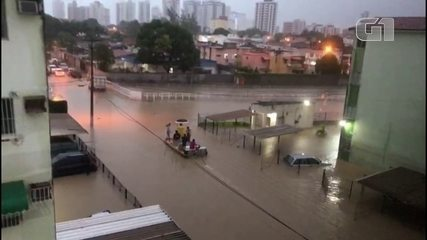 Moradores usam barco para conseguir transitar no bairro de Casa Caiada, em Olinda