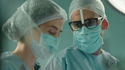 Carolina e Evandro operam Kessia