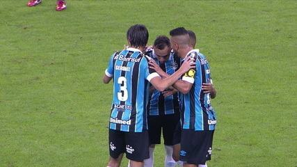 Gol do Grêmio! Everton chuta e Tiepo colabora, aos 26' do 1º tempo