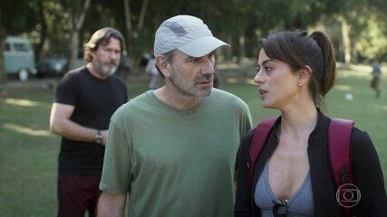 Elias discute com Helena na frente de todos