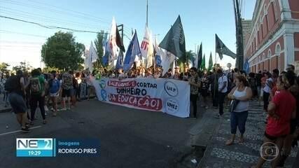 Manifestantes fazem ato contra bloqueios na educação e reforma da Previdência