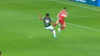 Jogadores do Ceará reclamam de pênalti de Volpi, mas árbitro manda seguir após conversa com VAR, aos 15' do 2ºT