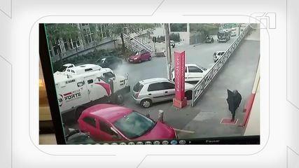Vídeo mostra criminosos atirando em carro-forte e pegando malote com dinheiro em Osasco