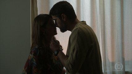 Helena e Hussein se beijam