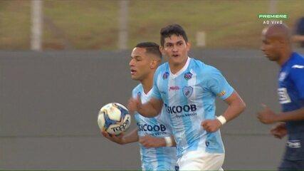 Gol do Londrina! Júnior Pirambu bate pênalti e diminui o placar, aos 31 do 2º tempo