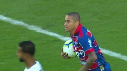 Gol do Fortaleza! Wellington Paulista aparece sozinho na área para marcar o segundo, aos 22 do 2º