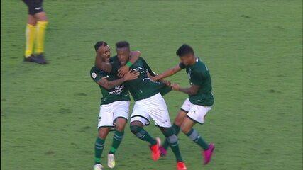 Gol do Goiás! Rafael Vaz acerta o ângulo em cobrança de falta e vira aos 50 do 2º tempo