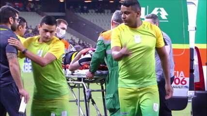 Jogo parado! Leandro Carvalho e Renê batem cabeça com cabeça após cruzamento de Galhardo, aos 12' do 2º tempo