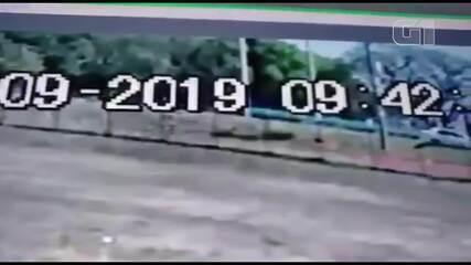 Câmeras de segurança de faculdade mostram vítima sendo atacada por um homem