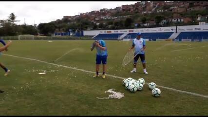 Argel faz aniversário e recebe os parabéns dos jogadores do CSA (vídeo: Leonardo Freire/GloboEsporte.com)