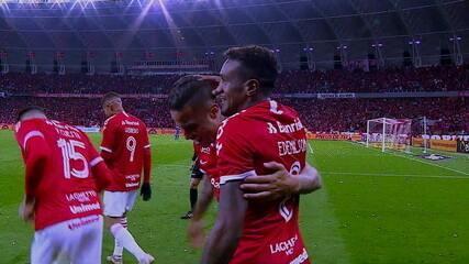 Edenílson recebe lindo lançamento de Cuesta e fecha o placar para o Inter diante do Cruzeiro