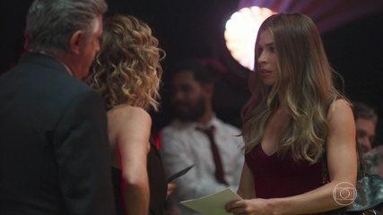 Paloma é destratada por Eugênia no evento de moda