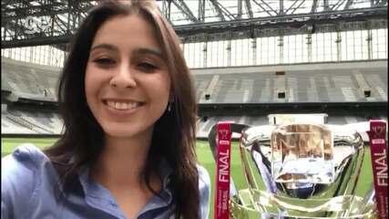 Nadja Mauad mostra a taça da Copa do Brasil na Arena da Baixada