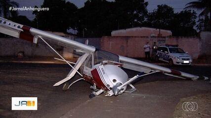 Avião faz pouso forçado e para em calçada de posto de saúde, em Trindade