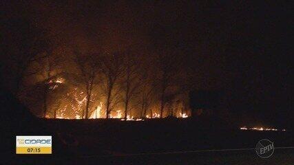 Incêndio atinge assentamento e interdita rodovia na região de Ribeirão Preto