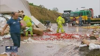 Três acidentes são registrados na Rodovia Fernão Dias; motorista de caminhão morre