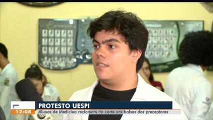 Alunos de medicina da Uespi protestam contra cortes em bolsas