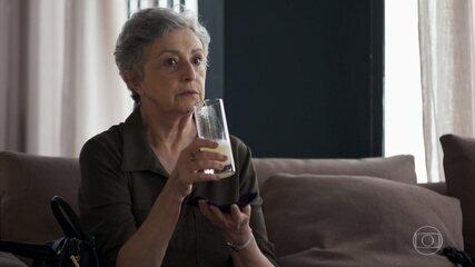 Beatriz sabota a bebida de Berta, para que Vivi encontre Chiclete