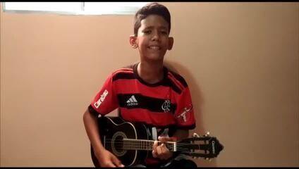 """Torcedor do Flamengo, garoto do RN viraliza com versão de """"Em dezembro de 81"""" e tem sonho de conhecer o Maracanã"""