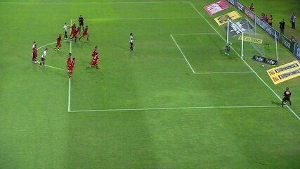Hernane Brocador entra na área e é derrubado por Victor Ramos. Atacante perde cobrança de pênalti, aos 34' do 2º tempo