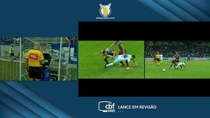 Fred marca pela primeira vez sobre o Fluminense, mas VAR pede revisão e anula o gol, aos 9' do 2ºT