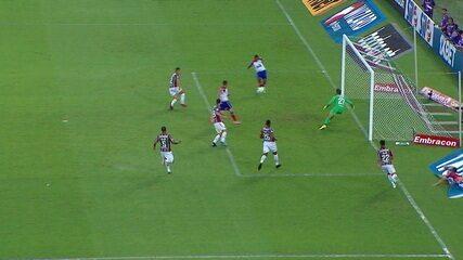 Élber recebe sozinho na cara do gol, mas chuta para fora, a 1' do 1º Tempo