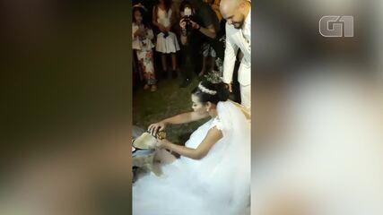Cão leva alianças em casamento em Cabo Frio, no RJ