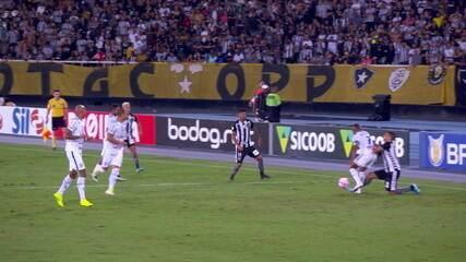 Expulso! João Vitor pisa no pé de Diego Souza e recebe o vermelho, aos 33' do 2ºT