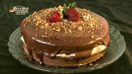 Aprenda a fazer bolo de café com creme de paçoca e morango