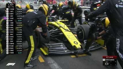 Riccardo para nos boxes após 51 voltas e coloca pneus médios