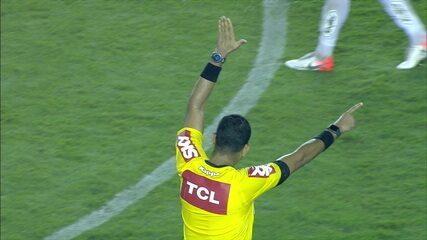 VAR aponta impedimento no gol do Bahia! Santos segue na frente, 1 x 0