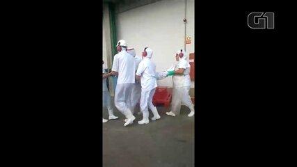 Vídeo mostra funcionários de frigorífico em Boituva com reações alérgicas