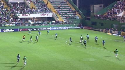 Dalberto abre pela esquerda e chuta para a defesa de Tiago Volpi, aos 16' do 1º tempo