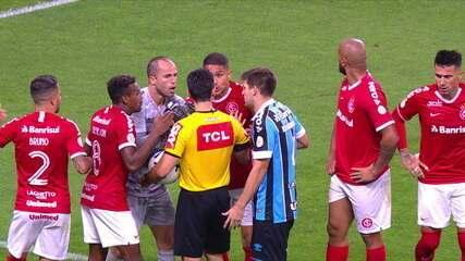 Marcelo Lomba dá carrinho em Luciano após evitar a arrancada do atacante e é expulso, aos 5 do 2º tempo