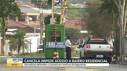 Moradores da zona sul da capital colocam cancelas e impedem acesso a bairro residencial