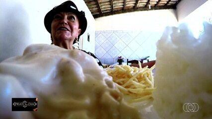 Gastrônoma ensina a receita de filé de frango cremoso ao molho bechamel, em Goiânia
