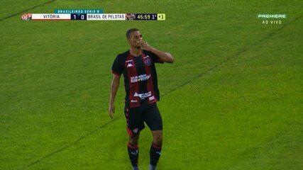 Gol do Vitória! Anselmo Ramon cruza e Lucas Cândido marca de cabeça, aos 45' do 1º tempo