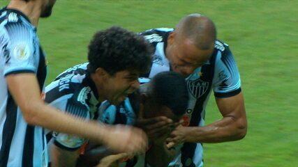 Gol do Atlético-MG! Marquinhos gira e bate cruzado para marcar contra o Goiás