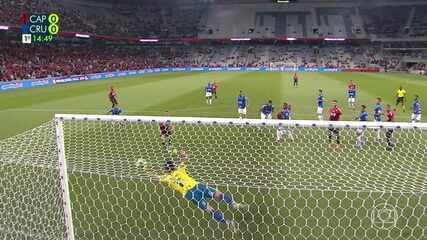 Thiago Heleno sobe mais que a defesa do Cruzeiro e Fábio faz outro milagre, aos 13' do 1ºT