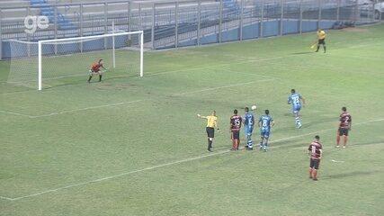 Marinho cobra pênalti, mas fica na defesa do goleiro