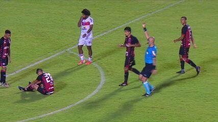 Van é expulso por falta em Daniel Borges e sai aplaudido, aos 47' do 2º tempo