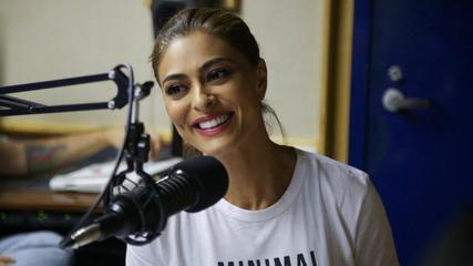 Juliana Paes se diverte nos bastidores da gravação do Podcast Novela das 9