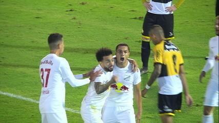 Gol do Bragantino! Morato recebe na ponta direita, corta Wesley e chuta no cantinho do gol, aos 37' do 1º tempo