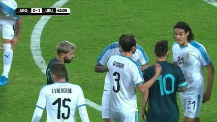 Messi e Cavani se estranham após falta no argentino