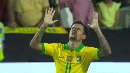 Gol do Brasil! Philippe Coutinho bate falta e amplia, aos 35' do 1º Tempo