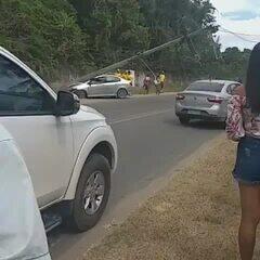 Carro bate em poste e acidente deixa moradores sem energia em Camaragibe