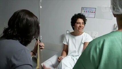 Mulher faz músicas para enfrentar tratamento contra câncer e canta em hospital