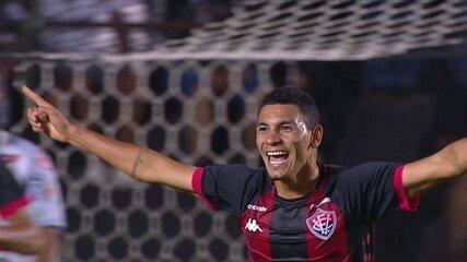 Gol do Vitória! Léo Gomes não desiste, pega o rebote na área e completa com o pé, aos 22 do 1º