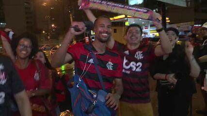 Torcedores comemoram vitória do Flamengo em bar no Rio