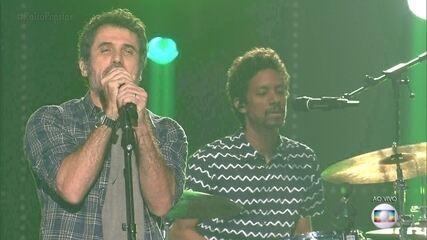 Eriberto Leão canta 'Basket Case'